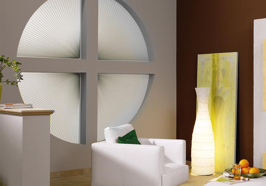 Un plissé est la solution pour une fenêtre ronde.