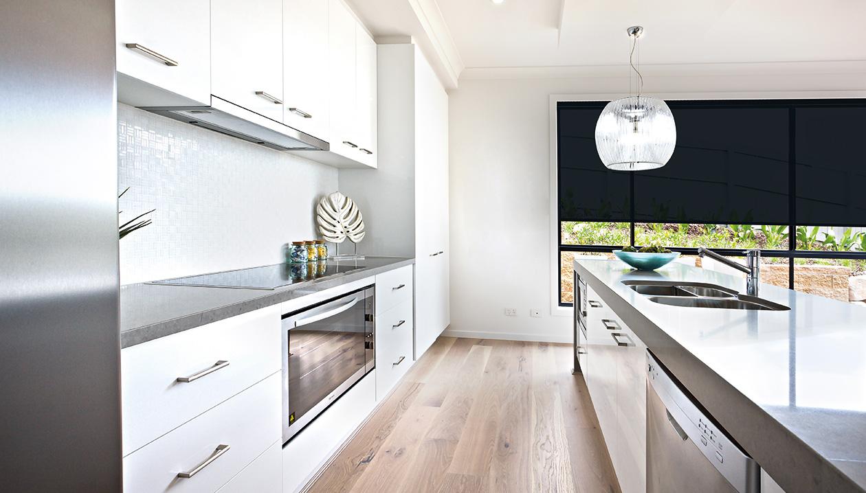 Rolgordijnen met een afwasbare stof kunnen in een keuken.